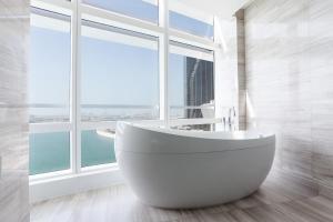 A bathroom at Rosewood Abu Dhabi