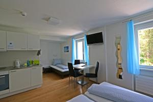 A kitchen or kitchenette at b&b River Inn