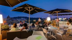 A restaurant or other place to eat at H10 Universitat