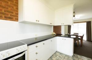 A kitchen or kitchenette at Advance Motel