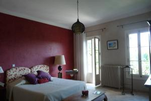 A bed or beds in a room at Castel Enchanté