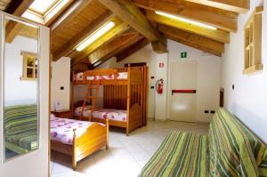 Letto o letti a castello in una camera di Ostello Ou Crierel