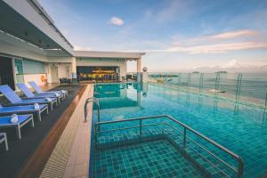 The swimming pool at or near Mercure Kota Kinabalu City Centre