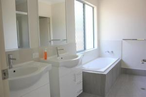A bathroom at Oceans Edge Reef Retreat