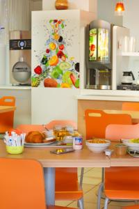 Breakfast options available to guests at Suite Home Apt Luberon