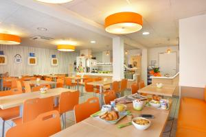 A restaurant or other place to eat at Suite Home Apt Luberon
