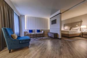 A seating area at Hotel Nikko Düsseldorf