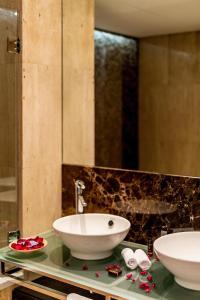 A bathroom at As Cascatas Golf Resort & Spa