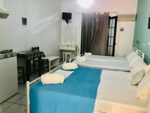 A bed or beds in a room at Contaratos Holiday Lettings