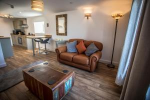 A seating area at Waters Edge Holiday Apartments