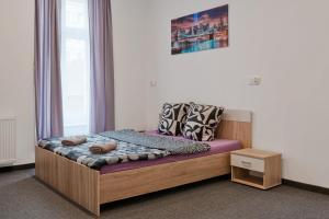 Łóżko lub łóżka w pokoju w obiekcie 70s Hostel