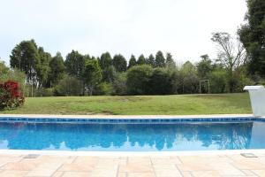 The swimming pool at or near Sitio em Boituva c/piscina