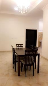 Uma TV ou centro de entretenimento em Al Sondos Furnished Apartments