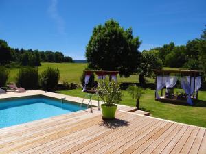 The swimming pool at or near La maison de Gilbert