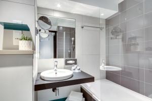 A bathroom at Mercure Paris Gare De Lyon TGV