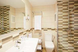 A bathroom at Invisa Ereso All Inclusive