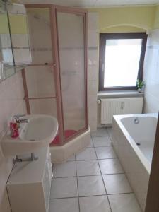 Ein Badezimmer in der Unterkunft bb-Ferienhaus