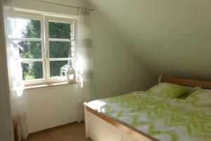 A bed or beds in a room at Ferienwohnung am Eifelsteig