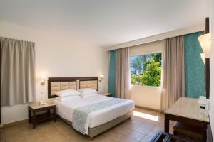Een bed of bedden in een kamer bij Avanti Holiday Village