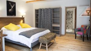 A bed or beds in a room at Le Passe Montagne