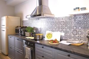 A kitchen or kitchenette at von Deska Townhouses - Ivy House