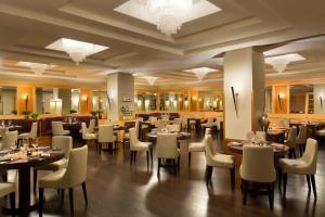 Ein Restaurant oder anderes Speiselokal in der Unterkunft Starhotels Metropole