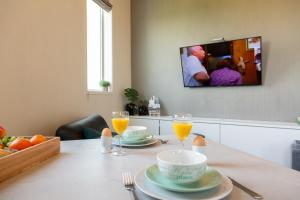 A television and/or entertainment centre at Watertorenhotel Nes