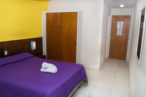 Una cama o camas en una habitación de Marcopolo Inn Hostel Bariloche