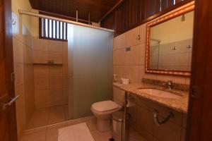 A bathroom at Porto Preguiças Resort