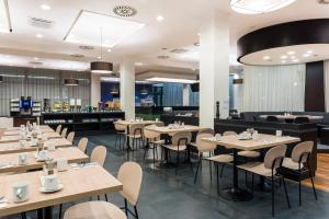 A restaurant or other place to eat at Courtyard by Marriott Prague Airport