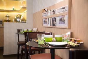 A restaurant or other place to eat at Hôtel Le Marcel Paris Gare de l'Est