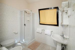 A bathroom at Hotel Casa Rosa