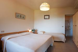 A bed or beds in a room at Hotel Casa Rosa