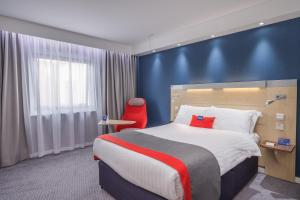 A bed or beds in a room at Holiday Inn Express Kettering Corby, an IHG Hotel
