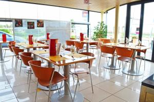 A restaurant or other place to eat at ibis Montevideo Rambla
