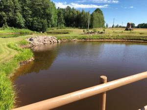 Skats uz upi, kas tek netālu no viesu nama