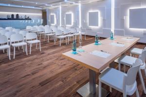 Een restaurant of ander eetgelegenheid bij Hotel Alhambra