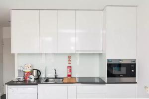 A kitchen or kitchenette at HomeCity