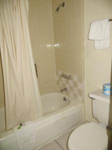 A bathroom at Premier Inns Metro