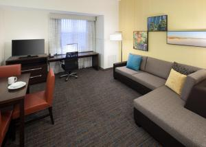 A seating area at Residence Inn by Marriott Fort Lauderdale Airport & Cruise Port