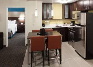 A kitchen or kitchenette at Residence Inn by Marriott Fort Lauderdale Airport & Cruise Port