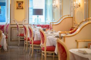 Un restaurante o sitio para comer en Schlosshotel Römischer Kaiser