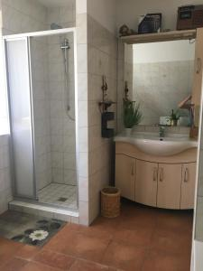 A bathroom at Pension Runde Wiese