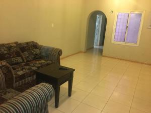 Uma área de estar em Al Qimah Apartments