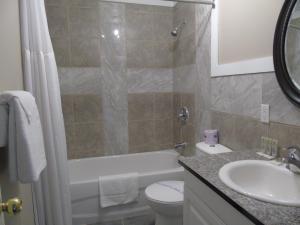 Ванная комната в Kit-Wat Waterfront Motel & Marina