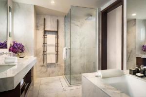 A bathroom at Anantara Riverside Bangkok Resort - SHA Certified