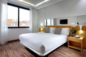 A bed or beds in a room at Hotel SB Icaria Barcelona