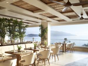 Ein Restaurant oder anderes Speiselokal in der Unterkunft Ikos Dassia