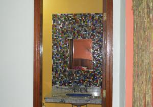 A bathroom at Chalés Wicca Vale- Locação Chalés