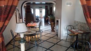 A restaurant or other place to eat at Relais de la Mothe